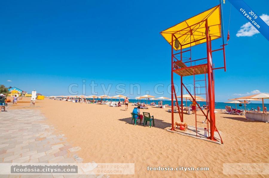 Спасательная вышка на пляже Алые паруса